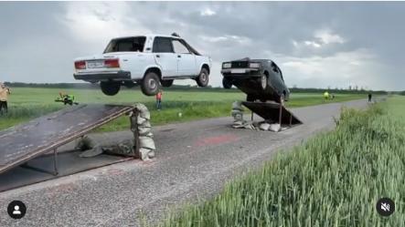 Под Ростовом, каскадеры столкнули в воздухе отечественные машины.