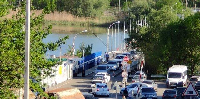 Грузовик упал в Дон возле понтонного моста на Зелёный остров