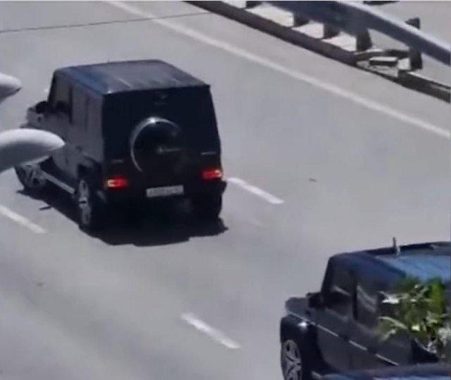 В Ростове-на-Дону водители дорогих внедорожников перекрыли движение по Ворошиловскому мосту