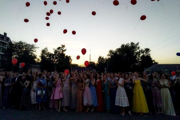 фото В текущем году выпускные вечера в Азове пройдут в среду, 30 июня.