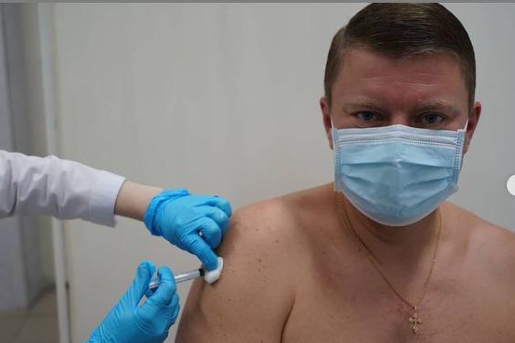 Первый компонент вакцины Спутник V поставил Глава Красноярска Сергей Ерёмин.
