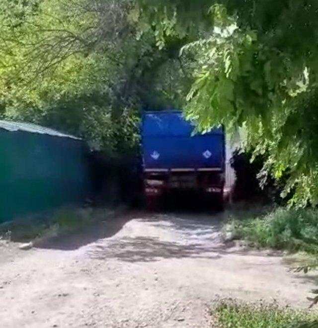 Где маленькие мусоровозы , почему в Азове уничтожается последний асфальт в городе этими дороблами?