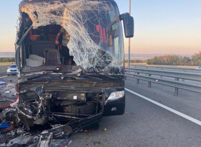 В Ростовской области туристический автобус столкнулся с грузовиком : есть пострадавшие
