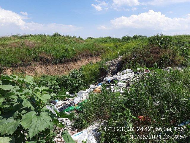 Под г. Азовом на участках многодетных обнаружили возгорание свалочных очагов и глубокий котлован со свалкой отходов