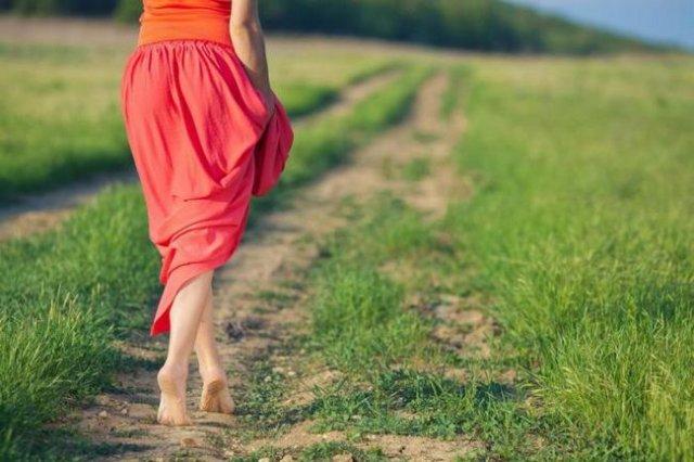 Врач назвал условия, при которых полезно ходить босиком