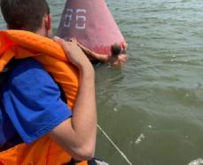 Спасатели помогли парням, которые пытались переплыть Дон в районе Азова
