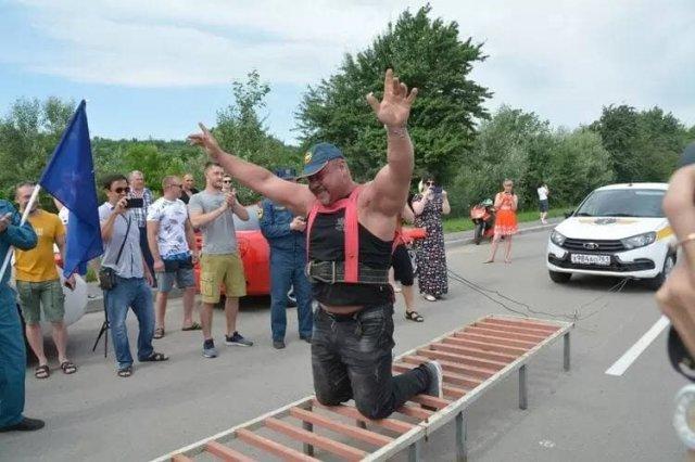 Силач из Ростовской области смог  протащить в сцепке 30 автомобилей