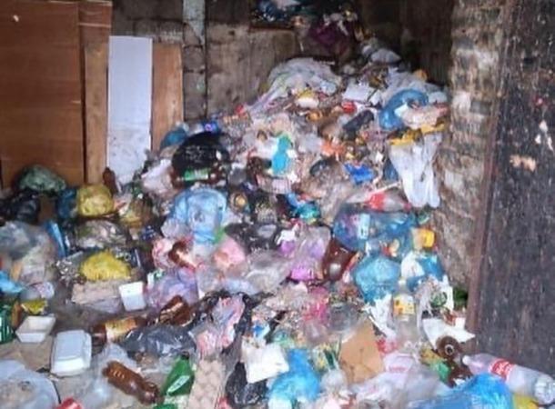 Жильцы азовской девятиэтажки несколько месяцев не могут добиться вывоза мусора