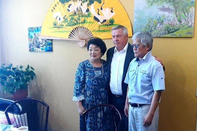 Василий Голубев поздравил семью Ким из Азовского района с юбилеем семейной жизни