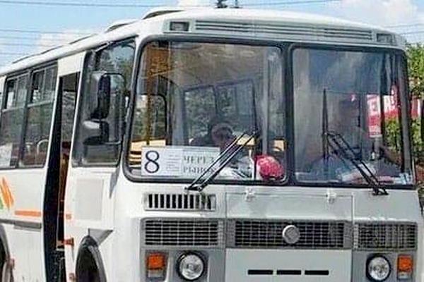 Водитель городского маршрута №8 г Азова за оплату безналом пытался высадить пассажиров