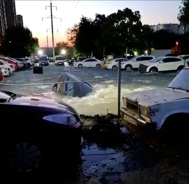 🎥Очередной провыв коммуникаций-  В Ростове на этот раз затопило автостоянку на улице Орбитальной.