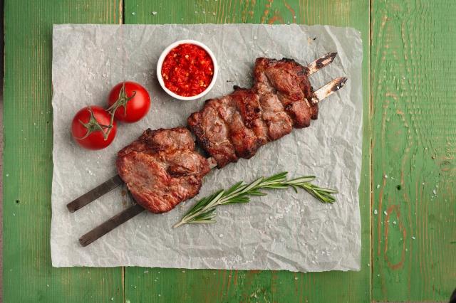 Красноярский повар-шашлычник сравнил тандыр, мангал, гриль и русскую печь для жарки шашлыка: «битва в мясо»