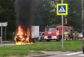 Загорелся грузовик на дороге в Красноярске