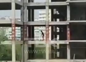 Красноярцы показали, что происходит с долгостроем на Водопьянова: дети на самокатах и подозрительные люди