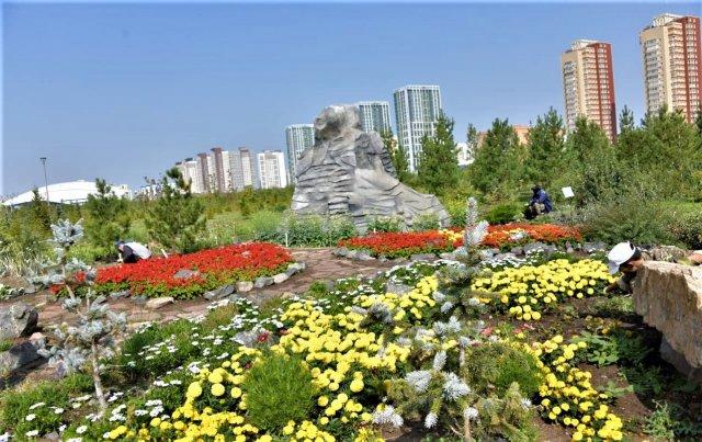 Как осуществляется уход за растениями в столичных парках