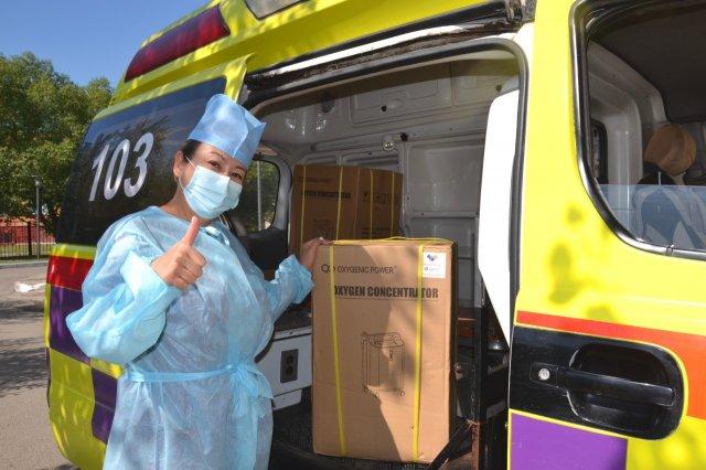 Столичный депутат вручил медицинским учреждениям 100 кислородных концентраторов