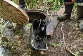 Слесари достали из канализации бачок унитаза в Красноярске