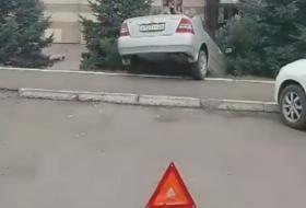 С парковки Красноярского ТЦ легковушка улетела вниз