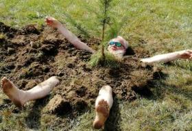 Красноярский художник Василий Слонов закопал себя под сосной: «чтобы расти, нам надо держаться корней»