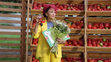 Жительницу Минусинска наградили автомобилем за томат весом больше двух киллограм