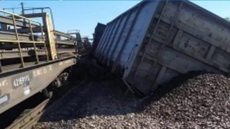 Несколько вагонов сошли с рельсов в результате столкновения двух грузовых составов в Красноярском крае
