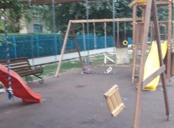 В Азове оборвали все качели на детской площадке