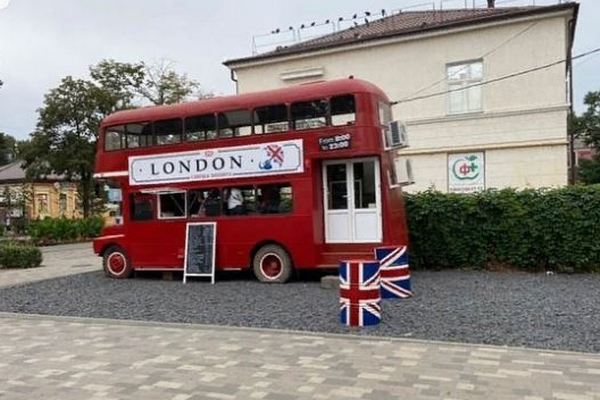 В центре Азова появился двухэтажный автобус