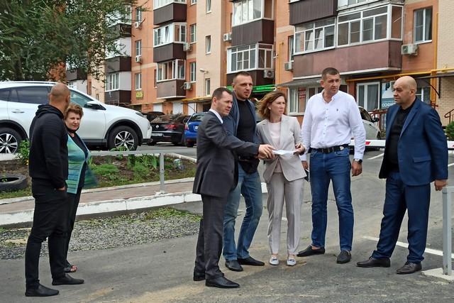 В городскую администрацию поступают обращения граждан по вопросам благоустройства территории окраинных улиц