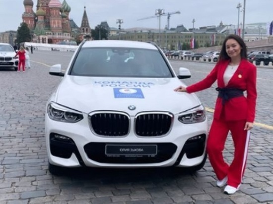 Юлия Зыкова из Красноярска получила ключи от BMW X3 из рук президента России