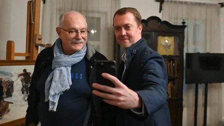 Известный кинорежиссер Никита Михалков посетил усадьбу Василия Сурикова в Красноярске