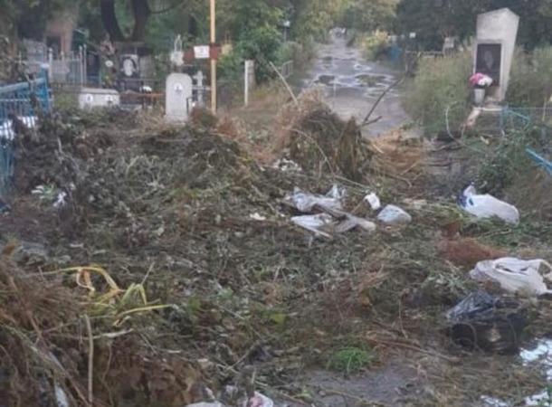 Городское кладбище в Азове утопает в мусоре