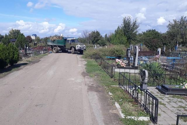 фото Территория азовского кладбища включена в план регулярной уборки городского Департамента ЖКХ.