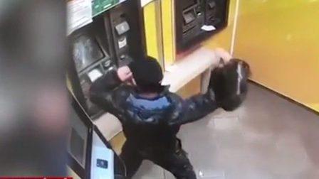 На севере Красноярского края мужчина разбил банкомат сковородой