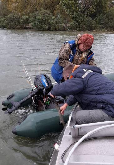 В Азове спасли рыбака на дрейфующей лодке