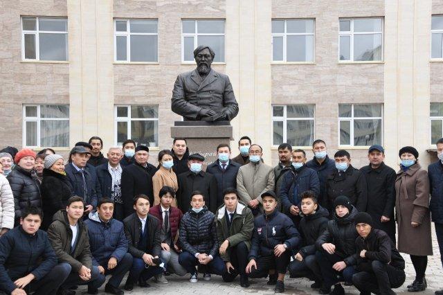 В преддверии Дня учителя в Нур-Султане открыли бюст Ибраю Алтынсарину