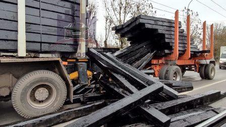 В Красноярске из КамАЗа на ходу выпал деревянный брус