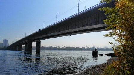 Спасатели сняли мужчину с перил Октябрьского моста